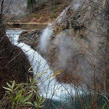 岩手県道194号線脇から見た鳥越の滝の全容。上流は滝ノ上温泉