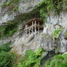 断崖絶壁にどうやって建てたのか…不思議なお堂
