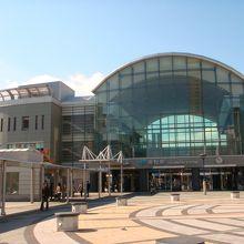 近代的な駅前