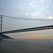 明石大橋をくぐる