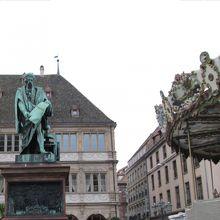 グーテンベルク像と観覧車