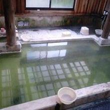 エメラルドグリーンのお湯