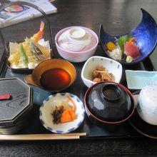 食事 蓋をしているのは 茶碗蒸しと 煮物