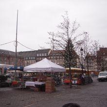 広場の一角のマーケット