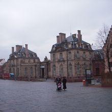旧税関・ロアン宮殿前