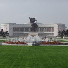 朝鮮戦争の「勝利」を記念に建てられた