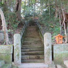 北條5代のお墓、ここから石段をあがったところにある