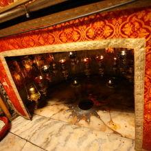 暖炉の中の★印がイエス生誕の地。