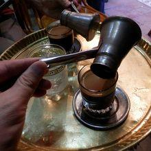 コーヒーは銅の入れ物で持ってきます。ガラスカップに入替えます