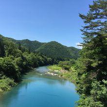 青い渓流はきれいです