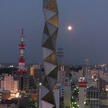タワーと満月