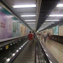 尖沙咀駅に続く地下道の様子(所々に動く歩道もあり)