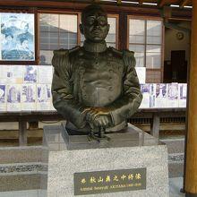 秋山中将の像