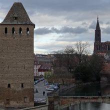 大聖堂の尖塔も見える