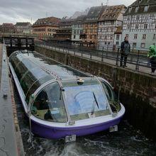 前後の閘門が閉じられ運河の水位が上がるのを待っている