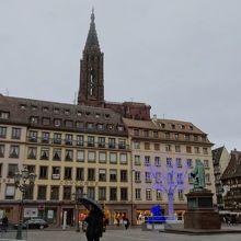 広場の東面。建物の背後に大聖堂がそびえる。