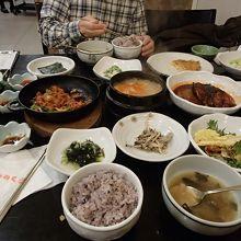 地元の人に人気の韓定食屋さん。