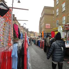 衣料品の露店の店が多いマーケット