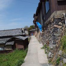 狭い坂道と石垣