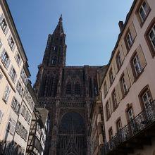 通りの正面に見える大聖堂