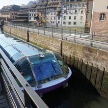 運河を通過する遊覧船