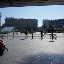 ガラスドームの駅舎からガール広場へ