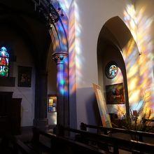 幻想的なステンドグラスの光