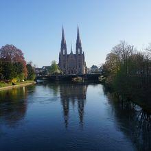 イル川に写る姿が美しい教会