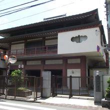 近代的な建物の寺院です
