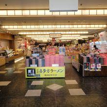 鶴ヶ城会館の館内 お土産売り場がメインです。