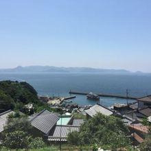 高台より港を望む