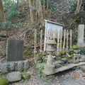 写真:八遺臣の墓