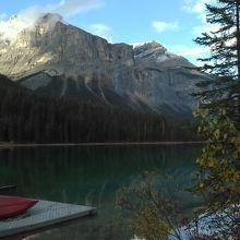 神秘な色をたたえる巨大な湖