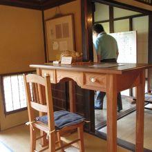 とても背の高い書斎机と椅子でした。