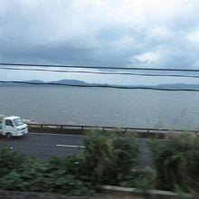 早朝の宍道湖、車窓から