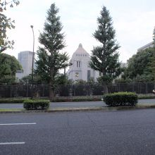 道路を隔てると国会議事堂が見えます。