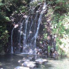 天成園の庭園にある飛烟の滝