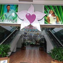 飲食店中心のショッピングセンター