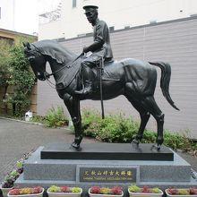 馬に乗った兄・好古の像