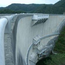 ダム直下から見上げるダムは迫力満点