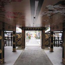 7社殿内部から入口方面