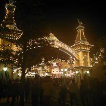 夜は海外の遊園地みたいなきらびやかさ!