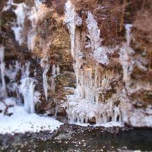 人口の氷柱の方が凄い迫力だが、天然の氷柱もなかなか見ごたえありますよ!