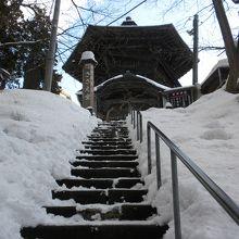 帰りは雪の階段を気を付けて降ります。