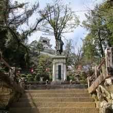 板垣退助銅像、上り口隣、杖の横あたりにあります。