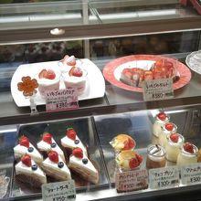 服部天神駅近くの住宅街の中の小さいケーキ店