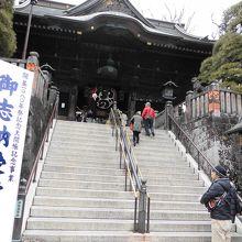 階段の上に仁王門があります
