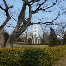 迎賓館の目の前の公園(広場)です