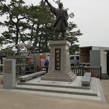 堀尾吉治公銅像。