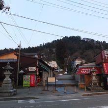 参道入口から見た飯盛山